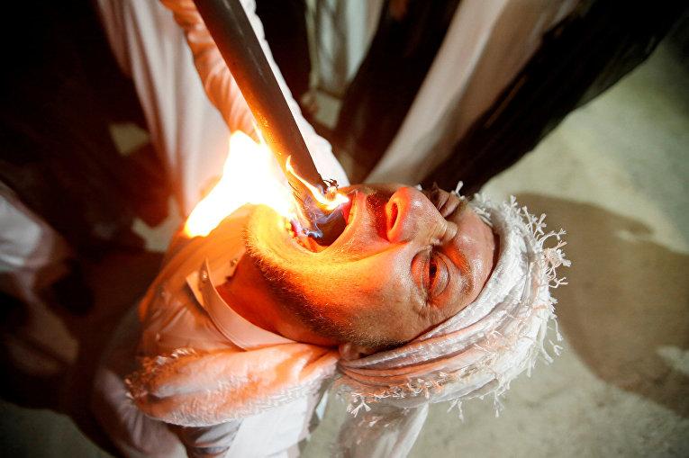 Участник ритуального выступления во время мусульманского священного месяца Рамадан в Эрбиле, Ирак