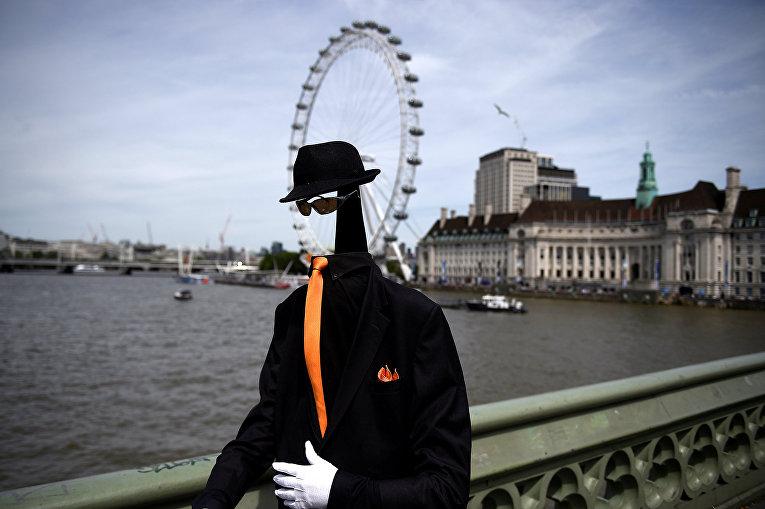Уличный артист на Вестминстерском мосту в Лондоне, Великобритания