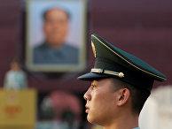 Солдат стоит в карауле на площади Тяньаньмэнь в Пекине