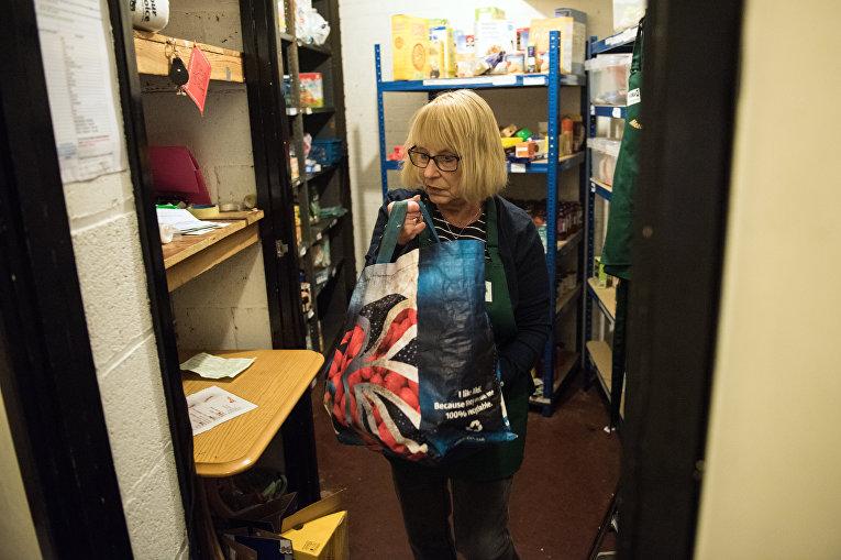 Волонтер готовит продукты для раздачи нуждающимся, Ноттингем, Трассел траст