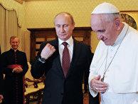 Владимир Путин дарит Папе Римскому Франциску икону Владимирской Божьей матери в Апостольском дворце Ватикана