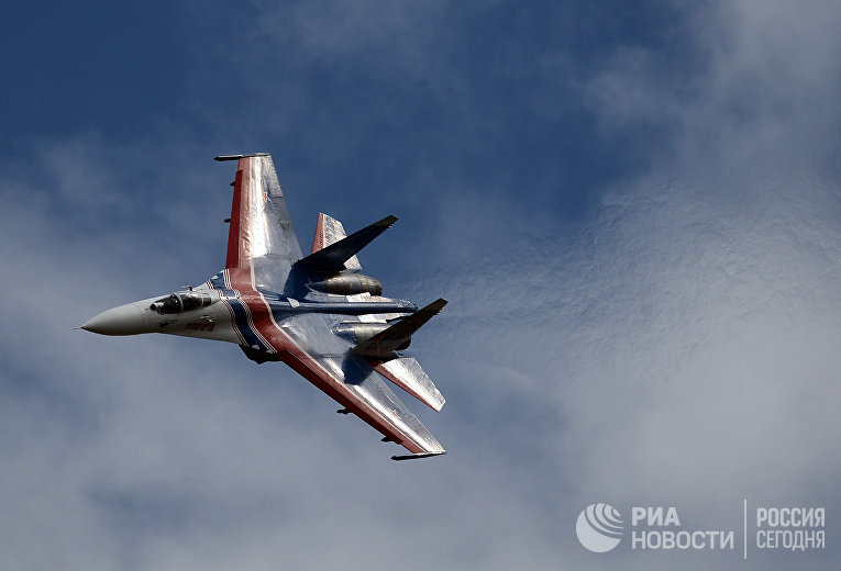 Многоцелевой истребитель Су-27 пилотажной группы «Русские Витязи»