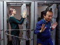 Туристы проходят через контрольно-пропускной пункт радиологического контроля после посещения Чернобыльской АЭС