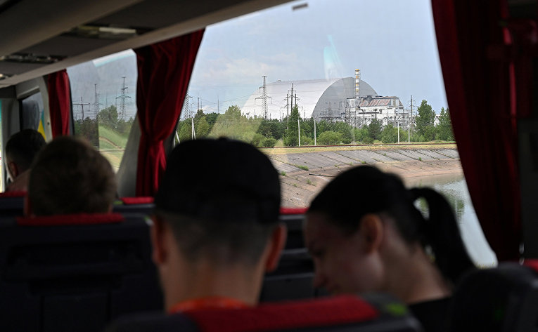 Вид на Чернобыльскую АЭС из окна туристического автобуса