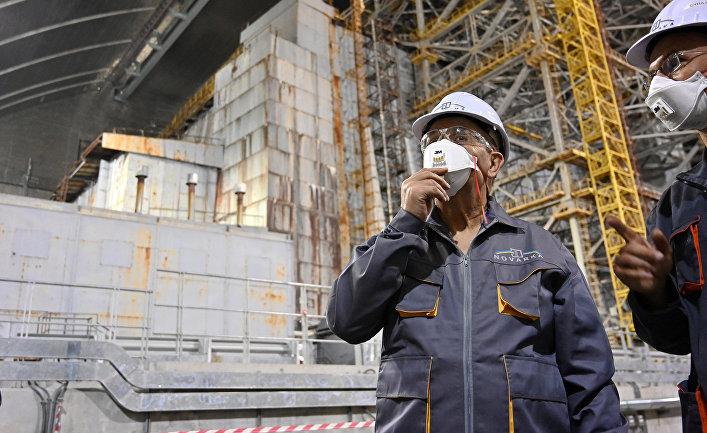 Министр иностранных дел Франции Жан-Ив Ле Дриан внутри нового безопасного конфайнмента, охватывающего 4-й блок (реактор 4) Чернобыльской АЭС