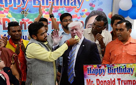 Индийские активисты празднуют 72-й день рождения президента США Дональда Трампа в Нью-Дели