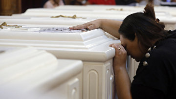Родственница убитого христианина во время отпевания в церкви в Эль-Минья, Египет