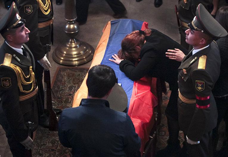 Похороны военнослужащего, погибшего в боях у Нагорного Карабаха в Ереване, Армения