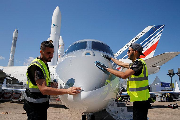 Рабочие готовят Gulfstream G280 перед открытием 53-го Международного Парижского авиасалона