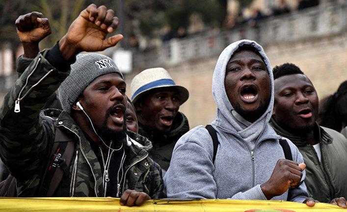 Участники антирасистской демонстрации в Мачерате