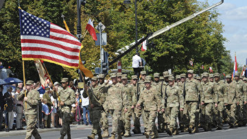 Солдаты армии США марширует во время ежегодного военного парада в честь Дня польской армии в Варшаве