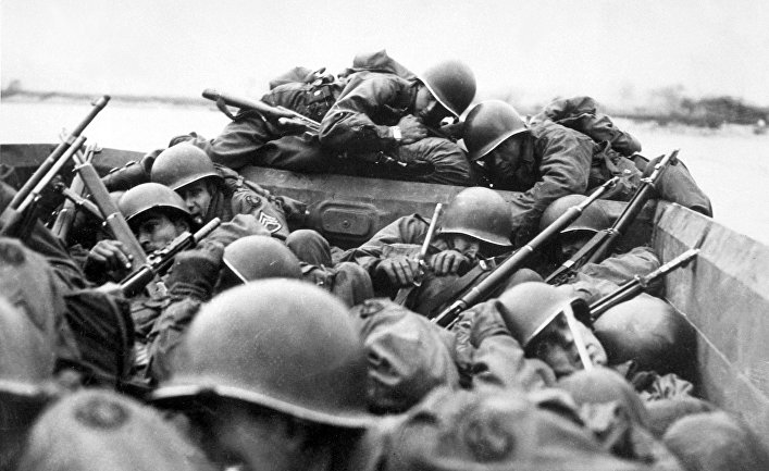 Американские солдаты форсируют Рейн. 24 марта 1945 года