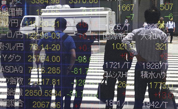 Пешеходы на фоне информации по ценным бумагам в Токио, Япония