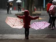 Девочка под дождем в парке в Токио