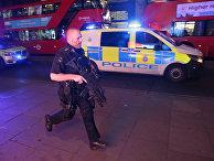 Вооруженный полицейский в центре Лондона