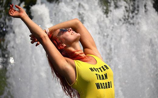 Девушка отдыхает у фонтана в жаркий день в Берлине