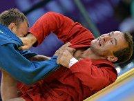 Альсим Черноскулов (Россия) и Андрей Казусенок (Белоруссия) в соревнованиях по самбо среди мужчин в весовой категории до 90кг на I Европейских играх в Баку