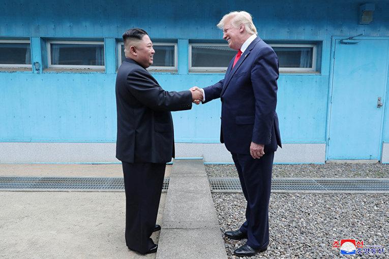 Президент США Дональд Трамп и северокорейский лидер Ким Чен Ын в демилитаризованной зоне в Панмунджоме