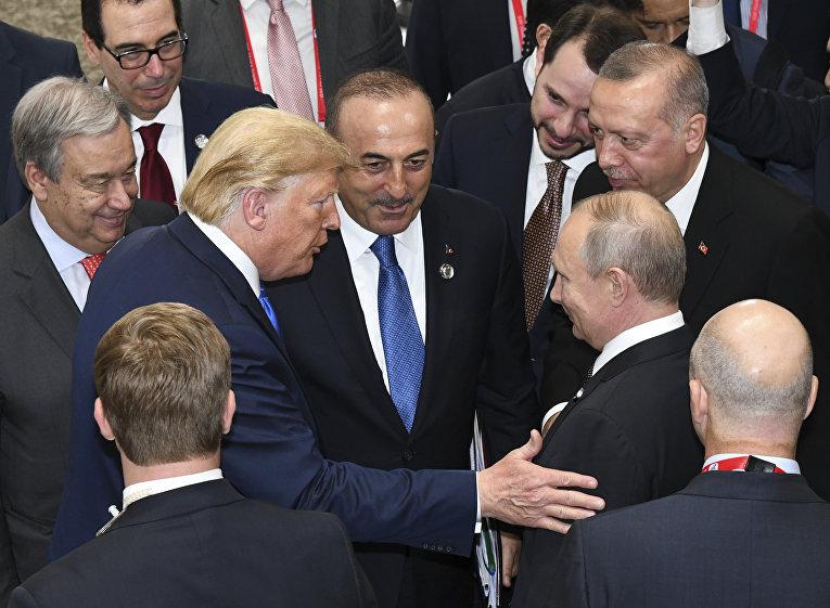 Президент США Дональд Трамп беседует с президентом России Владимиром Путиным во время заключительного заседания саммита лидеров G20 в Осаке, Япония
