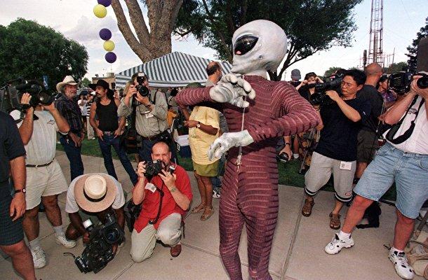 Человек, одетый пришельцем во время костюмированного конкурса во время годовщины так называемой катастрофы НЛО в Розуэлле