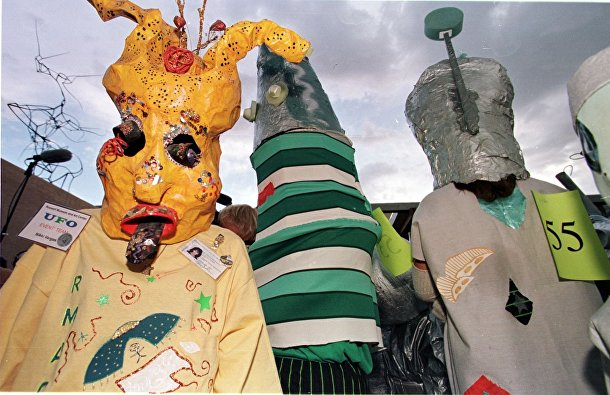 Участники конкурса костюмов в городе Розуэлл, штат Нью-Мексико