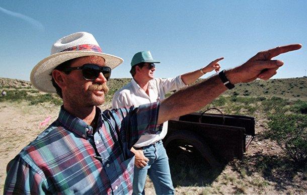 Дэвид Корн и его двоюродный брат Билл Марли указывают на место предполагаемого крушения НЛО на своем ранчо в Розуэлле