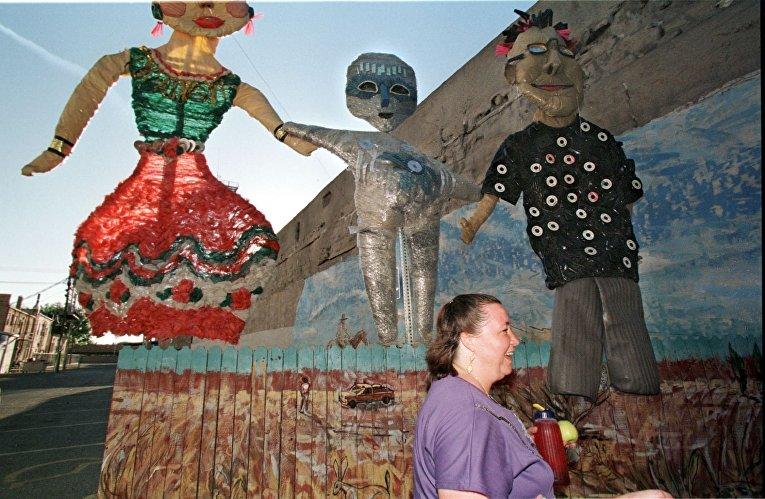 Скульптуры инопланетятина и двух людей в городе Розуэлл