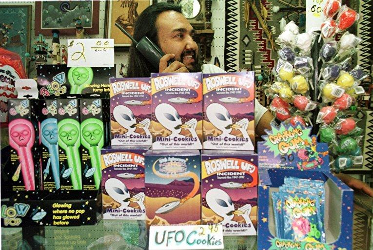 Сувенирный магазинчик в городе Розуэлл накануне 50-летия предполагаемого крушения НЛО в этом городе