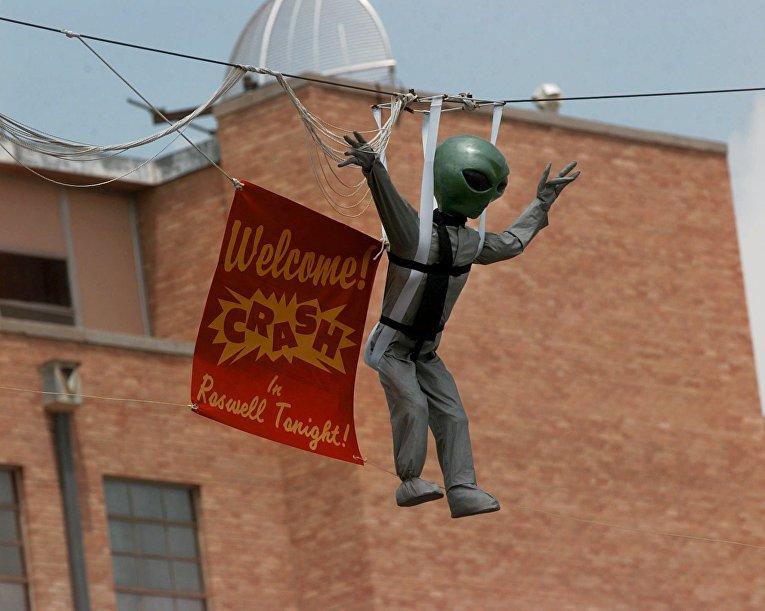 Кукла-инопланетянин над улицей в Розуэлле