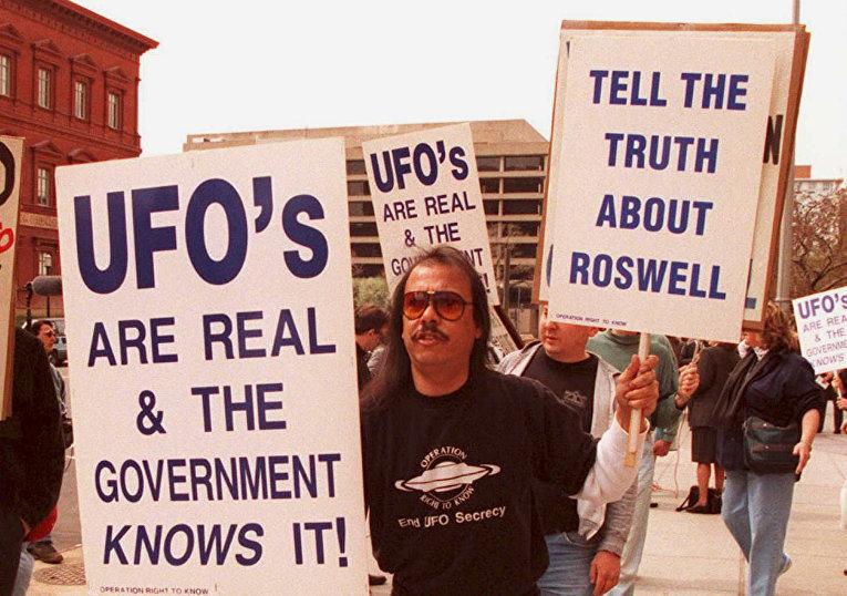 Участники акции протеста требуют обнародовать документы расследования, касающиеся предполагаемого крушения НЛО в Розуэлле