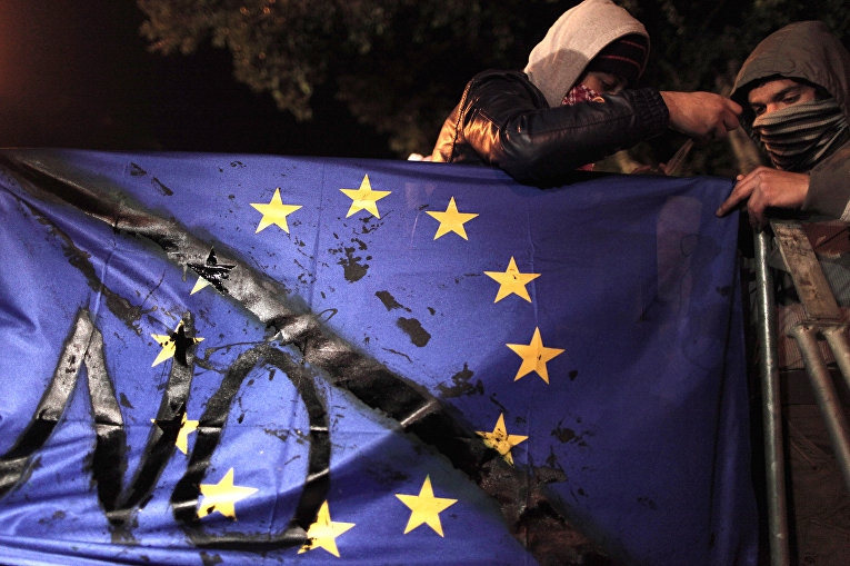 Протестующие во время акции протеста у здания кипрского парламента