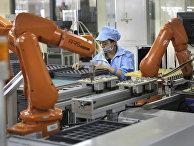 Рабочий на автоматизированной фабрике в Китае