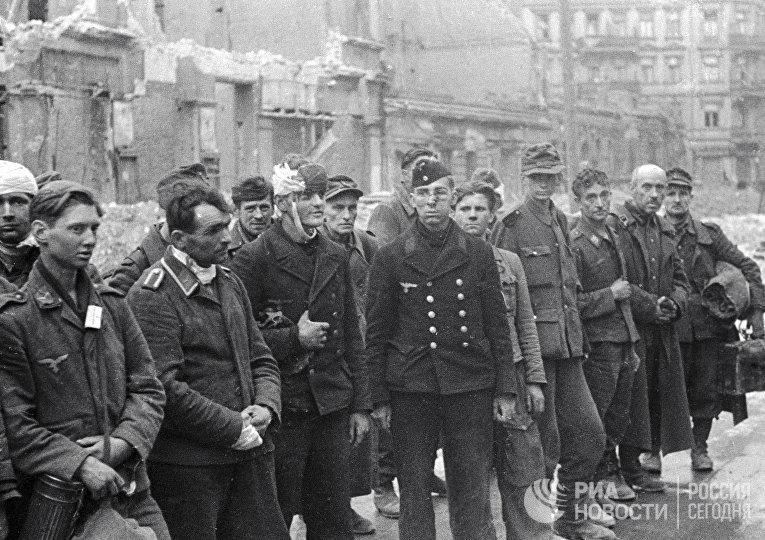 Пленные фашисты на улице Берлина