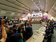 Журналисты ждут начала встречи ОПЕК в Вене, Австрия