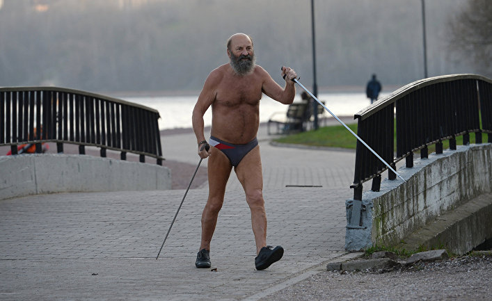 Мужчина занимается скандинавской ходьбой в жару