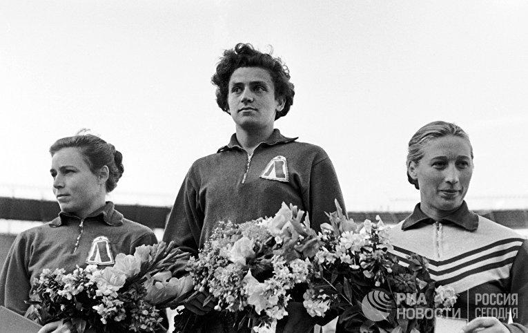 Ирина Пресс (в центре)