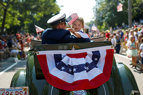 Участники праздничного парада в Кейп-Коде, штат Массачусетс