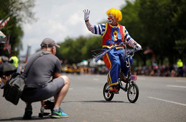 Клоун во время праздничного парада в Вашингтоне