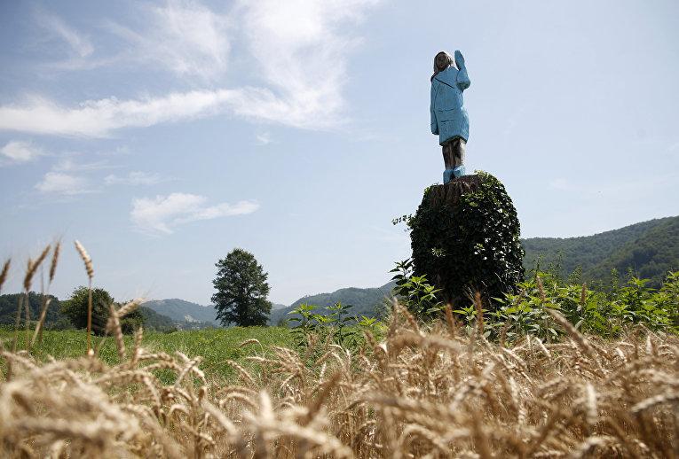 Деревянная скульптура Мелании Трамп в Словении