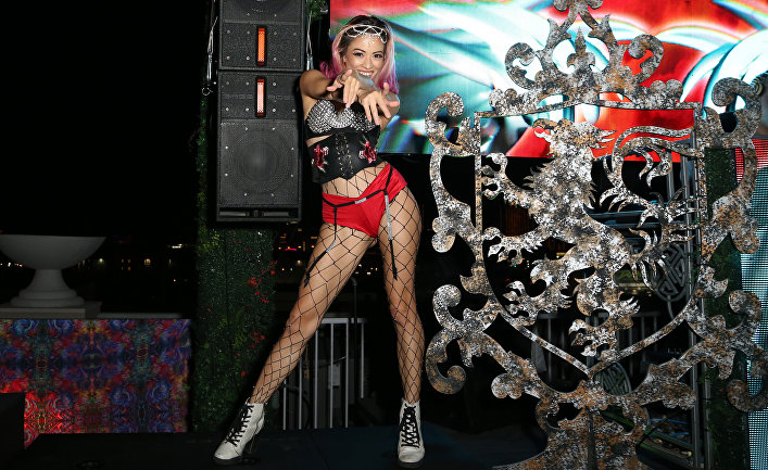 Танцовщица на вечеринке в клубе