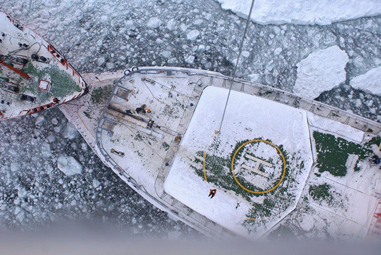 """Ледоколы """"Красин"""" и """"Адмирал Макаров"""" выводят из ледового плена в Охотском море рыболовецкие суда"""