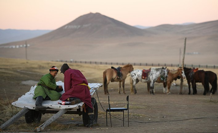 Монголы пасут коней недалеко от Улан-Батора