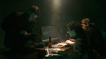 Молодые люди сидят за компьютерами