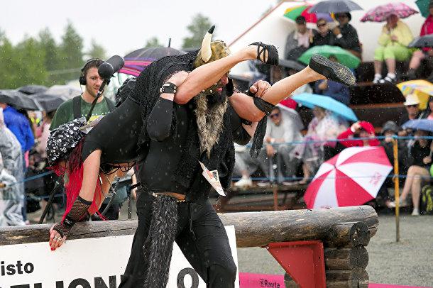 6 июля 2019. Анатолий и Хельга, участники Чемпионата мира по ношению жен в Сонкаярви, Финляндии