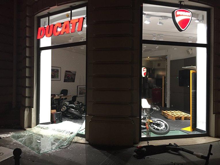 Алжирские болельщики разгромили магазин Ducati в центре Парижа