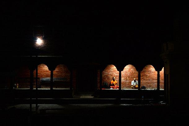 16 июля 2019. Буддийские монахи молятся во время лунного затмения, Катманду, Непал