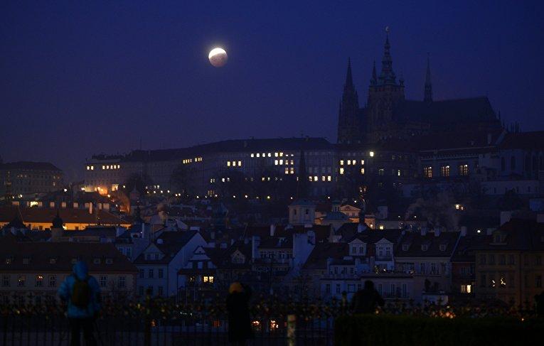 21 января 2019. Луна, на которой видна тень от Земли, в Пражском граде, Прага, Чехия