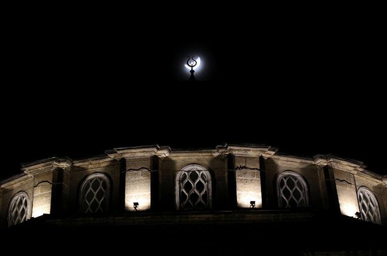 16 июля 2019. Частичное лунное затмение и мечеть в Евпатории, Крым, Россия