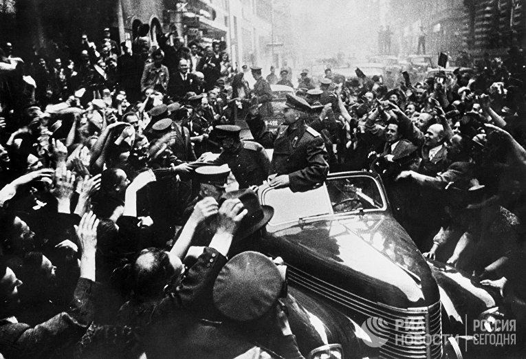 Маршал Советского Союза Иван Степанович Конев в освобожденной Праге.
