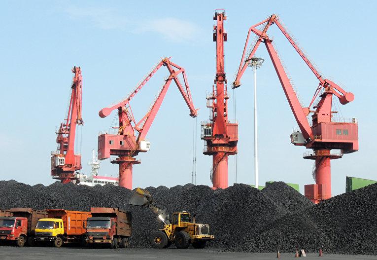 Погрузка угля в угольном порту в Ляньюньгане
